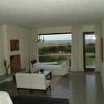 Intérieur de la chambre 106, avec vue sur la dune et l'océan
