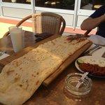 1 Meter frisch gebackenes Brot mit verschiedenen Soßen dazu, gratis