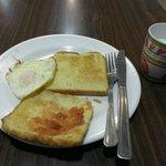 朝食は食パンと卵と牛乳がありました。