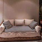 Un locale comune con comodi divani