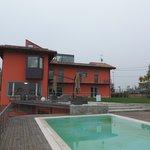la vue depuis la terrasse avec la piscine
