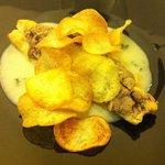 Filetto di orata con impanatura di olive nere e chips su crema di patate