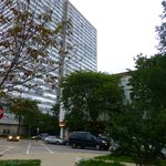Umgebung des Hotels (der flache Bau rechts ist das Hotel)