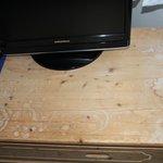 Verschmutzter Fernsehschrank
