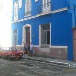 Frente a la casa