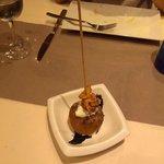 Bomba de chipirones en su tinta con parmesano y alioli (3.90 euros)