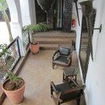 La terrasse au 1er étage, accès à la suite