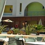 Вид с площадки ресторана на бассейн