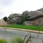 l'entrée sous les rochers