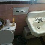 Banheiro limpo, mas velho