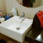 kamar mandi yang sempit & licin