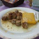 Salsiccia e polenta cotta con panna e aceto balsamico.