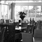 Interiör från restaurangen med utsikt över golfbanan