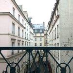 部屋からの眺めは凡庸としていますがパリに暮らしているようです