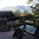 El jardín del hotel es un lugar ideal para relajarse con un libro.