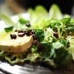 Ensalada tíbia con queso de cabra y vinagreta de frutos secos