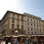 piazza repubblica l'hôtel à gauche