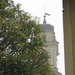 vista campanile del duomo di ceva fra le nebbie d'autunno