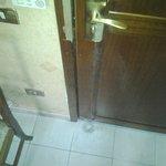 porta camera i acqua sul pavimento da condizionatore