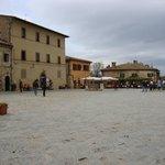 """Piazza Monteriggioni e ristorante """"Il Pozzo"""""""