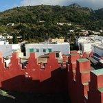 il monte solaro oltre i merli della casa rossa
