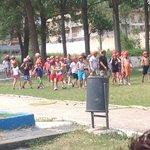 zona de piscina invadida por niños