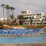 Vue d'ensemble piscine hôtel