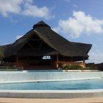 il ristorante vicino alla spiaggia e le due piscine limitrofe