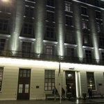 взгляд на отель вечером