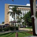 vue de l'hotel depuis le montrueux transat à côté de la piscine