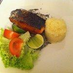 Delicioso salmão com molho de mel com sementes....