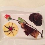 Bignè con cascata di cioccolata e torta cioccolato e pere. Spettacolo!