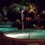 zwembad voor op het resort tijdens avond eten