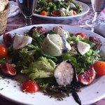 Ensalada de higos con queso fresco y granizado de albahaca