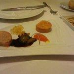 fua de pato con uvas al vino, crema de zanahoria y gelatina