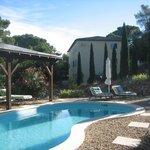 Der tolle Pool vorm prächtigen stilvollen Landhaus