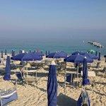 Vista della spiaggia di fronte al ristorante