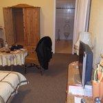 Habitacion, mesa y placard