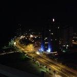 Ночной вид на город с балкона