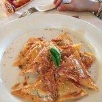 Ravioli con mandorle pizzute di Avola e spek
