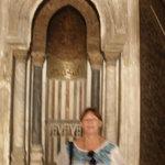 En el interior de las mezquitas, la señalización de la  orientación hacia La Meca