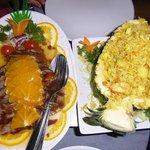 Pato a la naranja y piña con arroz al curry y gambas.