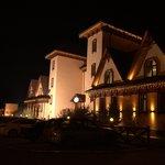 Вид отеля со стороны трассы ночью