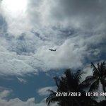 самолет над отелем