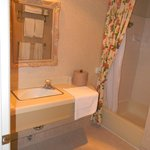 Baño muy espacioso y limpio.