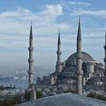 Вид на Босфор и мечеть во время завтрака
