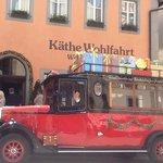 Перед входом в Музей Рождества стоит такой чудный автомобиль с подарками, с которым все фоткаютс