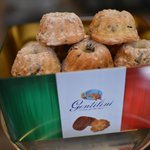 Mini pandoro with pieces of chocolate , dry raisins, orange zest...you can only try at Amaretti