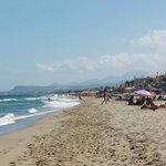 Широкий песчаный и чистый пляж