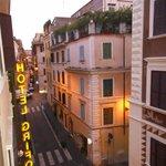 Вид из окна - ориентир отеля - желтые буквы :)